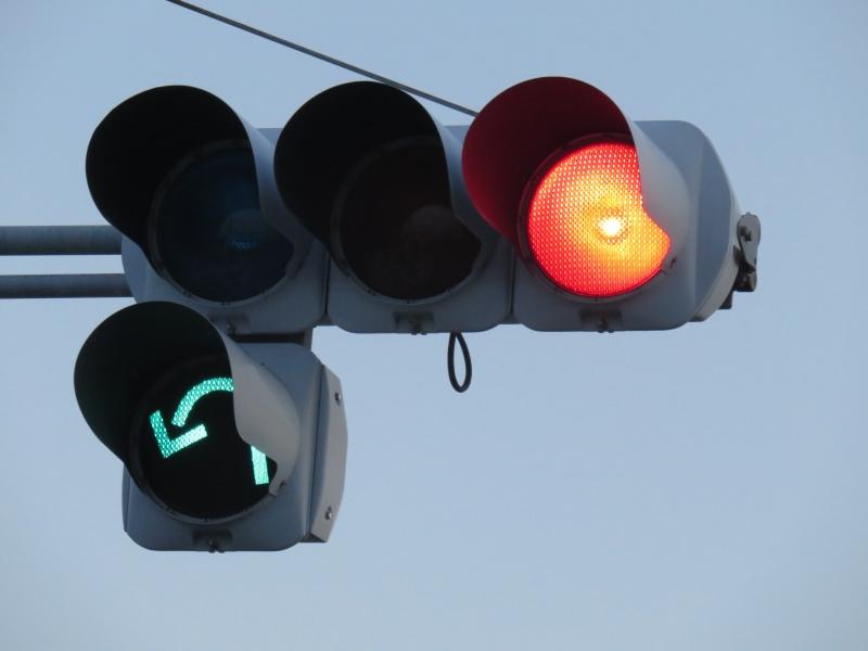 静岡県の信号機11-2曲がった矢印No.画像・コメント1静岡県/浜松市/南区/大柳町/「大柳」交差点浜松市の国道1号バイパスの交差点の従道側に設置されている灯器です。この道路からは左手前(国道1号静岡市方面)にしか行けないことになっており、矢印もそれを強調するためか交差点の形状を忠実に表した曲がった矢印となっています。このような変形矢印は以前はわずかにありましたが、最近では撤去が進み、ほとんど見られなくなりました。灯器は小糸製のアルミ灯器で、2001年製となっています。