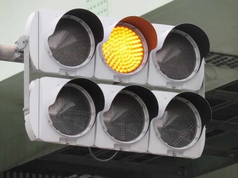 福岡県の信号機1赤黄赤No.画像・コメント1福岡県/福岡市/南区/横手4丁目福岡県内では赤黄赤灯器が多く設置されています。福岡県内ではLED化が非常に激しくもう電球の赤黄赤は残念ながら残っていませんが、LED世代になってもずっと赤黄赤灯器を採用し続けていました。そのため全国的にも珍しく赤黄赤のLED灯器がたくさんあります。主に高架下の分離制御の交差点などに多いようです。特に福岡市内の新幹線の高架下にたくさんあります。ここもそのひとつで、右折が禁止されている交差点で、それを強調するために左赤+矢印が点灯する制御となっています。灯器はVAT面拡散の赤黄赤です。2009年製です。2福岡県/福岡市/南区/「横手3丁目」交差点上の近くの交差点で、やはり右折が禁止されていて、赤黄赤が設置されています。こちらもVAT面拡散です。3福岡県/福岡市/南区/横手4丁目こちらも上の近くの交差点です。こちらはT字路交差点となっており、片方は直進のみ、対向側は直進・左折のみできることになっており、それぞれに赤黄赤灯器が設置されています。こちらはVSP灯器となっています。2012年製。4福岡県/福岡市/南区/的場1丁目こちらも右折が禁止の交差点で、赤黄赤灯器が設置されています。こちらもVSP灯器です。5福岡県/福岡市/南区/弥永4丁目こちらも右折が禁止されている交差点で、赤黄赤灯器が設置されています。こちらはVSS灯器となっています。2014年製。6福岡県/福岡市/南区/的場2丁目こちらも右折ができない交差点で、赤黄赤灯器が設置されています。こちらは電材薄型となっています。7福岡県/福岡市/東区/多の津1丁目/「流通センター入口」交差点こちらは場所が変わりまして、東区の流通センター付近の高速道路の高架下の交差点。ここは右折分離制御となっていて、やはり赤黄赤灯器が設置されています。灯器は電材薄型の面拡散で、2012年製です。8福岡県/筑後市/山ノ井/「ループ東」交差点こちらはちょっと変わった交差点です。交差点の名前のとおり、ループ橋の東にある交差点なのですが、左折のみ可となっており、それを強調するため左赤+矢印の制御となっています。左赤+矢印→黄→赤→(すぐにまた)左赤+矢印というような制御になっており面白いです。灯器はNS薄型と電材薄型面拡散1基ずつとなっています。NS薄型は2013年製、電材拡散が2012年製です。