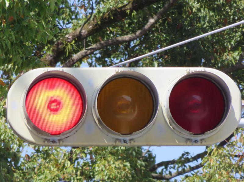 高知県の信号機3-1変則3灯--赤黄赤No.画像・コメント1高知県/高知市/天神町16-16(情報提供感謝:もりさん)一方通行路入口向けに設置されている赤黄赤灯器です(すなわち車は来ない)。軽車両など向けということになるでしょうか。こちらも1と同じく他の道路と同時に進行させるため、左赤点滅で進行させる制御となっています。灯器は、京三樹脂灯器です。2高知県/高知市(情報提供感謝:もりさん)踏切に隣接するT字路交差点の従道側に赤黄赤が設置されています。ここのものは制御が少し面白いです。基本は押しボタン式交差点で主道側が黄点滅、従道側が右の赤点滅ですが、押しボタンを押して主道側が赤になると、歩灯が青になり、従道側が左の赤点滅し始めます。なお、主道側は通常の3灯です。3高知県/吾川郡いの町/駅前町国道沿いのY字路に設置されている赤黄赤です。直進レーンと斜め左折レーン用にそれぞれ赤黄赤灯器が設置されていて、それぞれ進行させるときに青のかわりに左の赤+矢印を点灯させます。斜め左折用が小糸の樹脂300、直進用が小糸の樹脂250です。樹脂300の方は左赤がドットレンズにかえられています。因みに国道が斜め左に曲がる地点ですので、斜め左折レーンが進行する時間が圧倒的に長いです。4低コスト灯器へ更新後高知県/南国市/岡豊町小蓮/(高知大医学部附属病院前)高知の病院前の交差点の赤黄赤灯器です。この交差点は一方通行路出口のT字路交差点で、主道側は直進しかできないため、強調するためか青ではなく左赤+矢印が点灯します。灯器は京三セパで、矢印が同じく京三セパですが、網目レンズなのも少し珍しいですね。その後、コイトの低コスト灯器に更新されましたが、ちゃんと赤黄赤が受け継がれました!黄黄赤が受け継がれる代表例としては兵庫県がありますが、赤黄赤が受け継がれた例がなかなかなく(薄型になってからだと都内の特殊な例と、福島県、茨城県、福岡県、熊本県等)、低コストの赤黄赤は極めて珍しいと思われます。2020年製です。5高知県/須崎市/妙見町六差路で交通量の少ない道路向けに設置されている赤黄赤灯器です。他の道路と同時に進行させるため、下の赤点滅で進行させます。縦型の赤黄赤は結構珍しいですね。灯器は京三セパです。6高知県/高知市/鳥越14(情報提供感謝:chobuさん)こちらも交通量の少ない道路向けに赤黄赤灯器が設置されています。しかも縦型です。ちゃんと下赤が点滅するタイプです。小糸製の樹脂灯器で平成4年製です。(現在は下赤が使用しなくなってしまったようです)